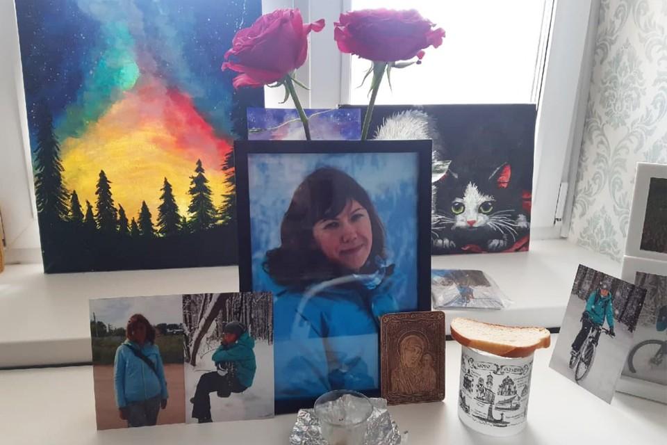 В память о дочери мама Татьяна Владимировна зажигает свечи.