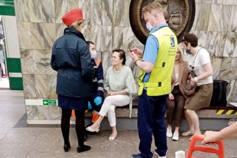 """Женщина едва не попала под поезд на """"Приморской"""". Фото: vk.com/spb_today"""