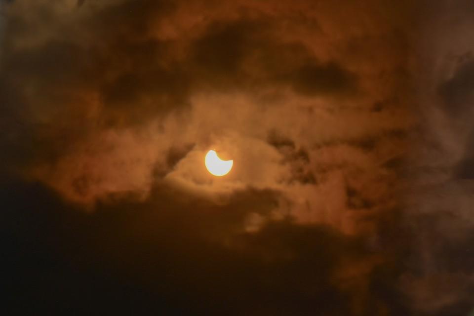 Мы собрали в один материал лучшие фото солнечного затмения в Новосибирске 10 июня 2021 года.
