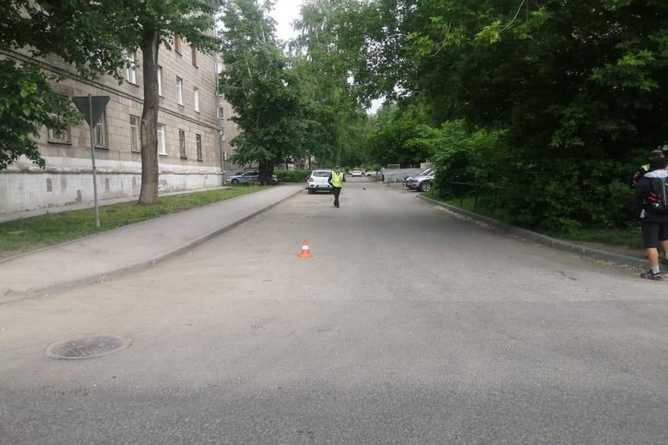 Женщину, которую сбила машина, отвезли в больницу с переломом голени. Фото: ГИБДД по НСО