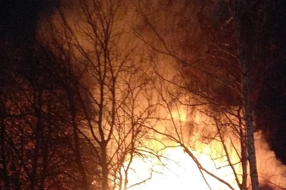 Прибывшие на место ЧП пожарные оперативно потушили горевшую кровлю