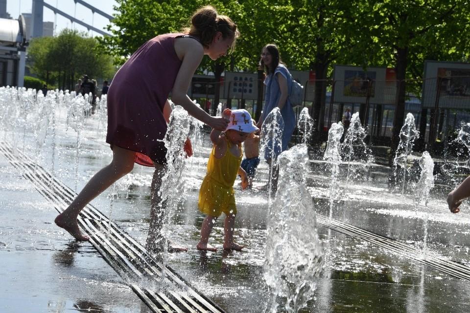 По словам синоптиков, температура морской воды уже дошла до комфортной отметки