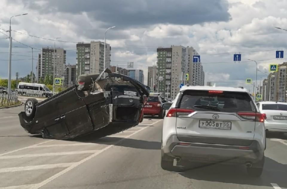 Авария произошла днем на оживленном перекрестке.