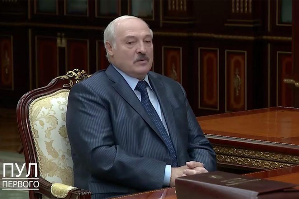 «Не дай бог нам с тобой еще взять автомат в руки и защищать страну»: вот что сказал Лукашенко Виктору Шейману, который 11 июня подал в отставку.