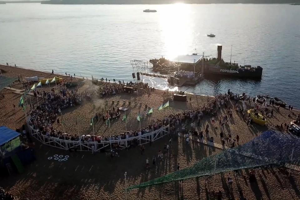 На видео удалось запечатлеть красоту соединения Волги, песчаной набережной, музыки и лучей солнца