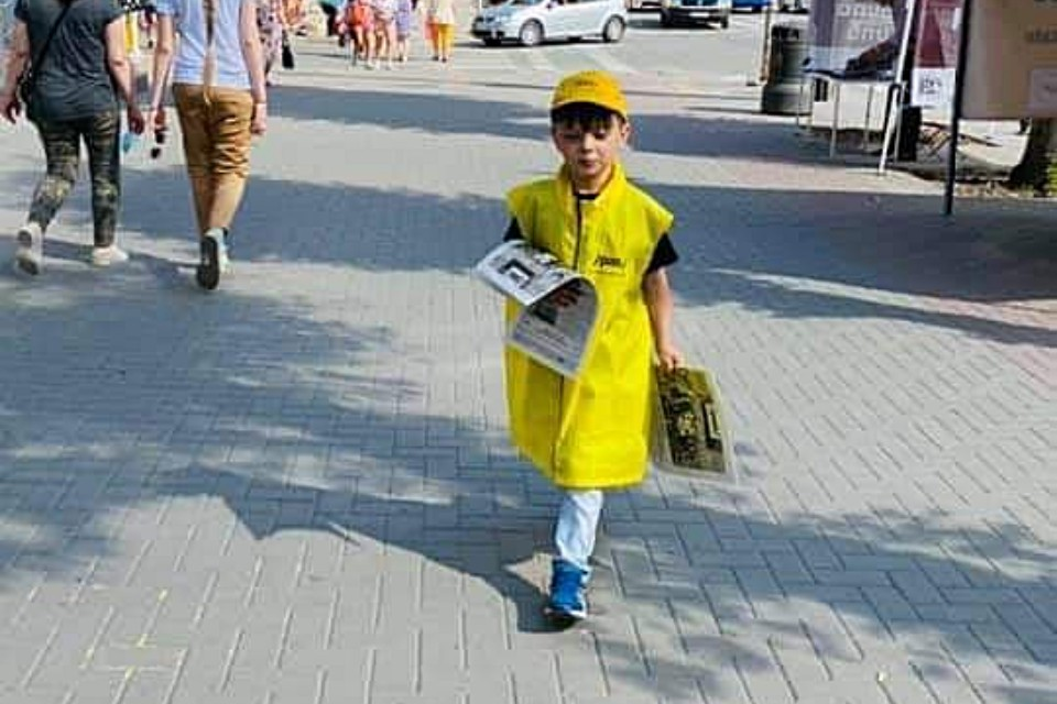 Ребенок раздавал предвыборную агитацию.