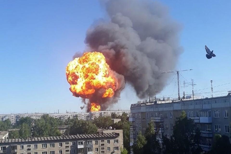 Огромное пламя от взорвавшейся заправки поднялось высоко в небо. Фото: Евгений КОЧКИН