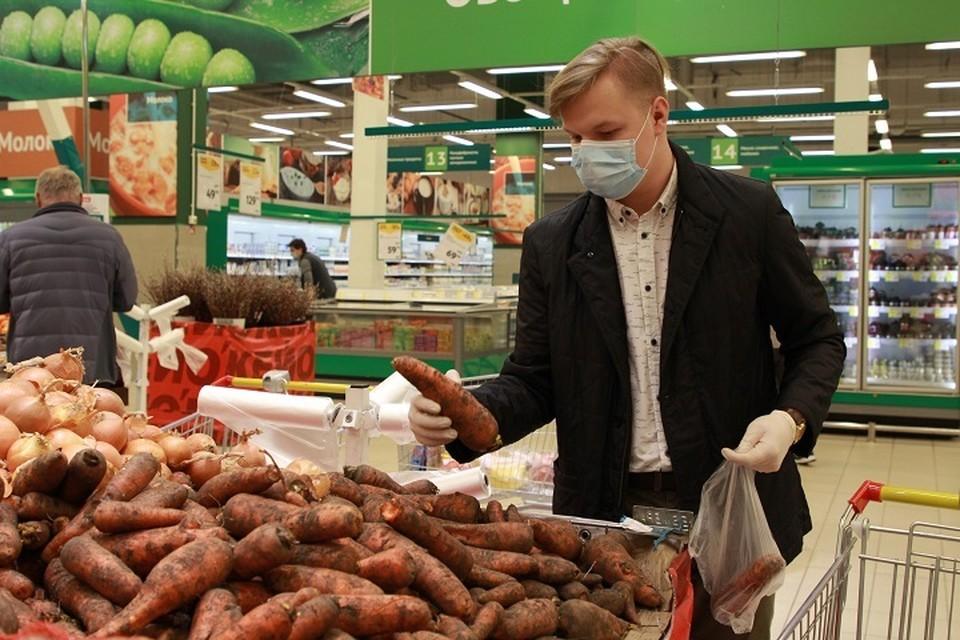 Если в мае средняя цена картофеля составляла 45 рублей, моркови - 55 рублей, то в июне их стоимость выросла до 49 рублей, и 61 рубля соответственно