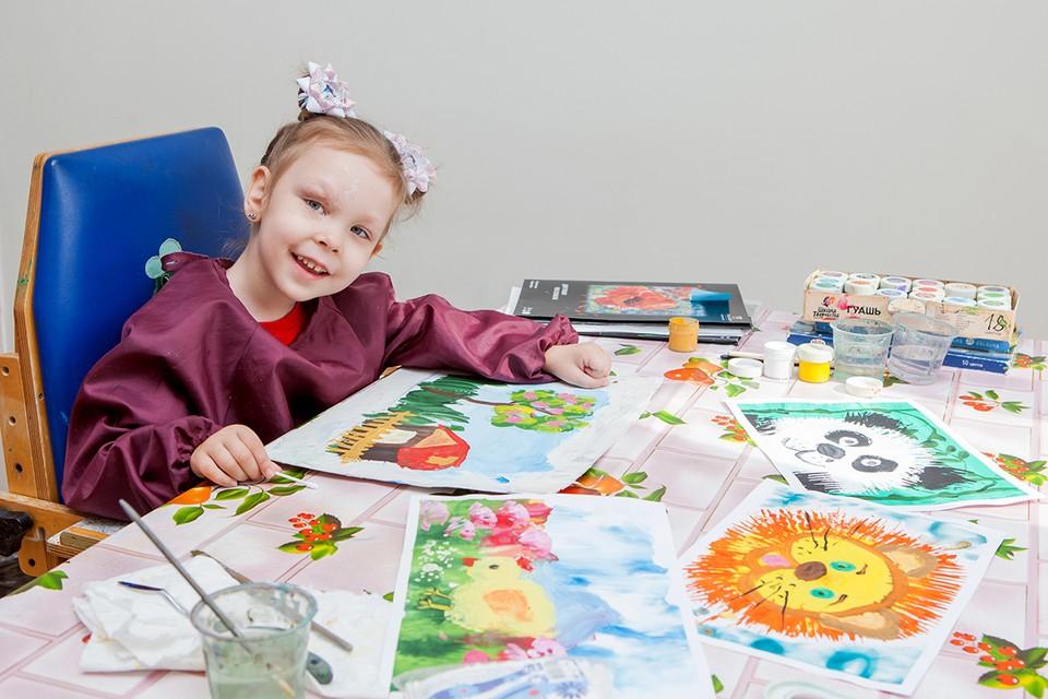 Сообразив, что не может ходить и говорить, Даша не отчаялась, а научилась рисовать!
