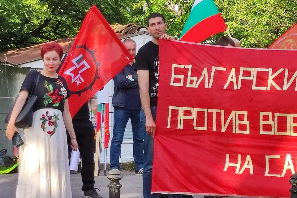 """Спецкор """"Комсомольской правды"""" Дарья Асламова с болгарскими патриотами."""