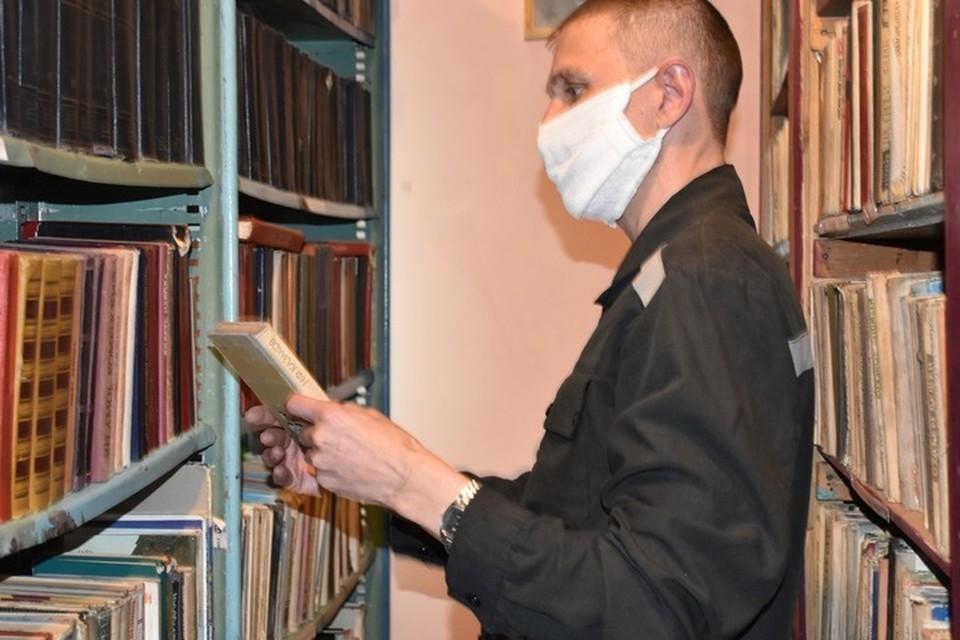 В колонии у заключенных широкий выбор литературы. Фото: пресс-служба ОФСИН России по Республике Алтай