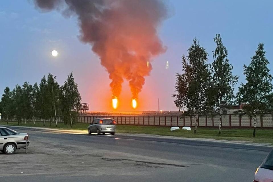 """Вот так горят факелы """"Нафтана"""", но это не опасно, утверждает администрация предприятия. Фото: Gorod214."""