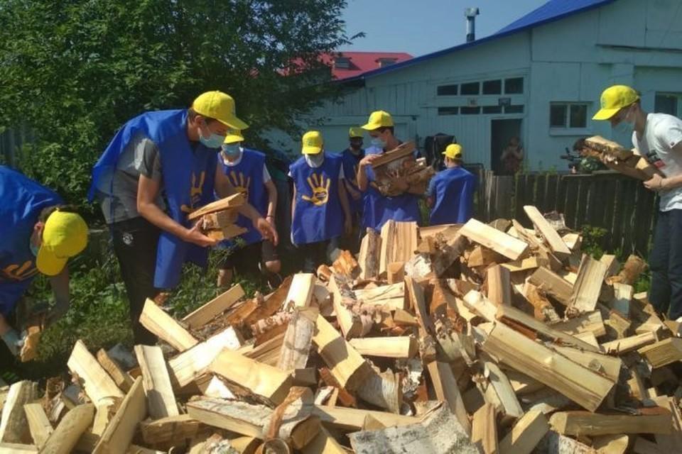 Сложить дрова в кладку пенсионерке помогли волонтеры. Фото: со страницы Александра Устинова, мэра Краснотурьинска