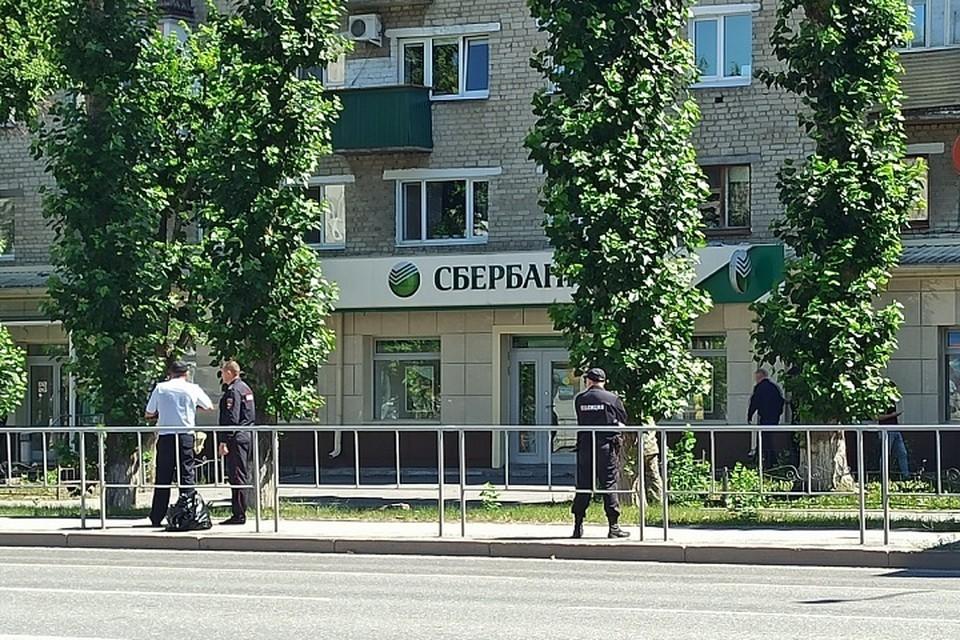 Молодой мужчина зашел со взрывным устройством в сумке в отделение Сбербанка, взял в заложники людей и потребовал 15 миллионов рублей.