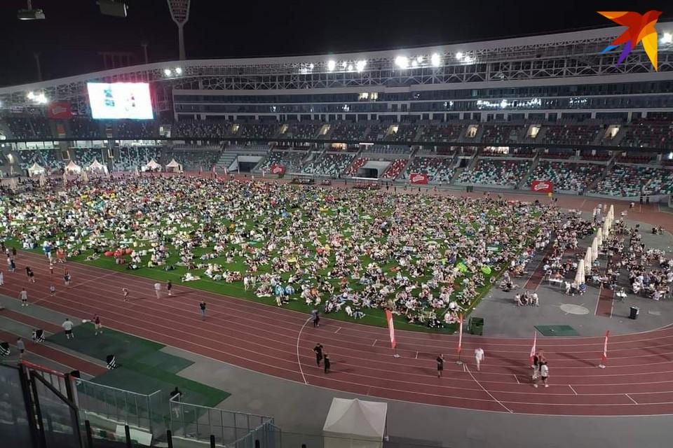 Минчанам полюбился формат просмотра футбольных матчей прямо на футбольном поле.