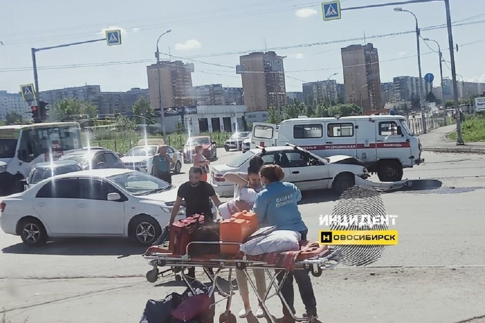 """В Новосибирске «скорая помощь», перевозившая мать с младенцем, столкнулась с иномаркой. Фото: """"Инцидент Новосибирск""""."""