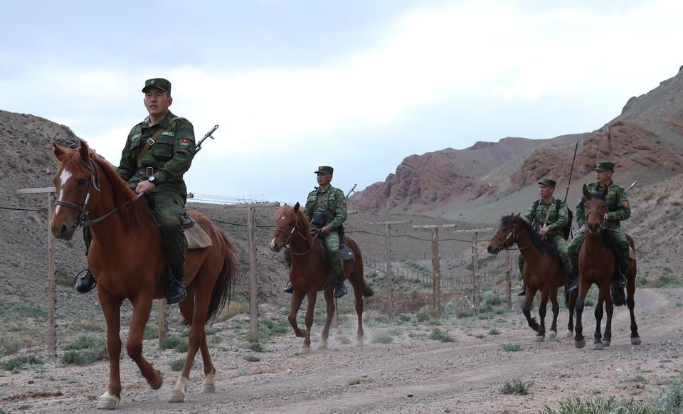 Конный наряд нес службу вдоль кыргызско-таджикской границы, когда подвергся нападению (Фото: иллюстративное).