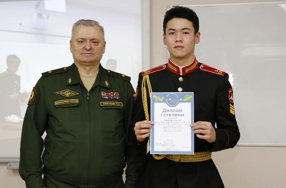 Темирлан Анарбаев с начальником Пермского суворовского училища. Фото: личный архив.