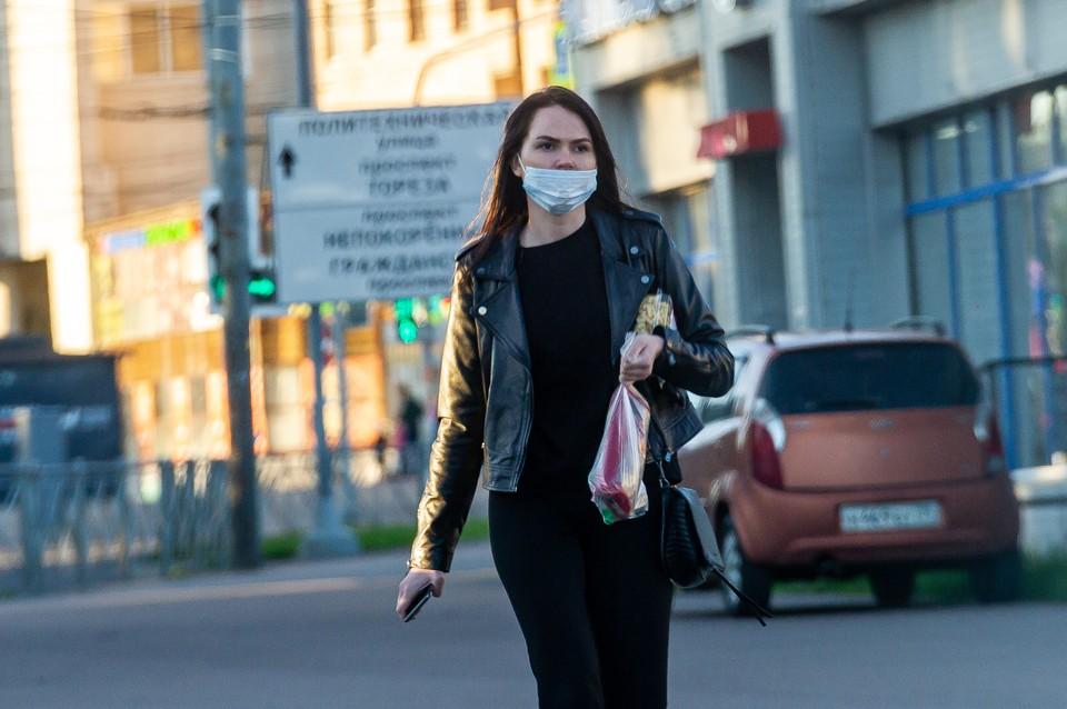 Людей в масках в последнее время на улицах Петербурга становится все меньше.