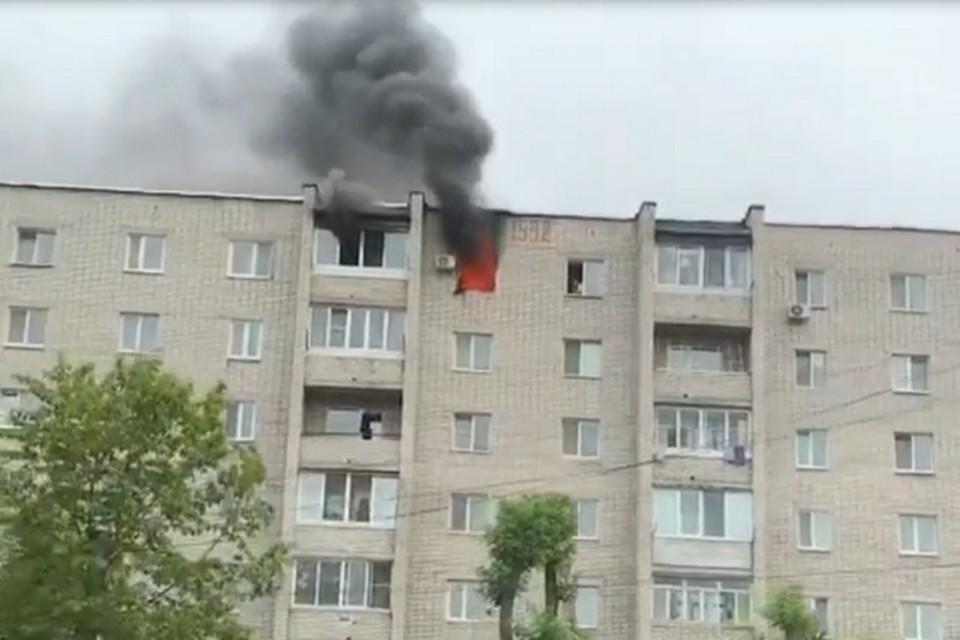 Квартира полыхает на шестом этаже жилого дома
