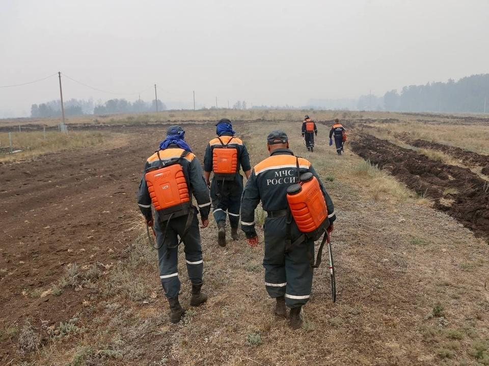 Пожарные и добровольцы продолжают бороться с огнем. Фото: правительство Челябинской области