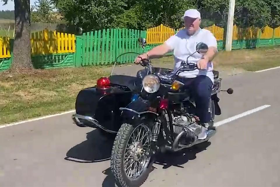 Видеофакт: Лукашенко катается по Александрии на мотоцикле «Урал» с коляской мигалкой. Кадр из видео.