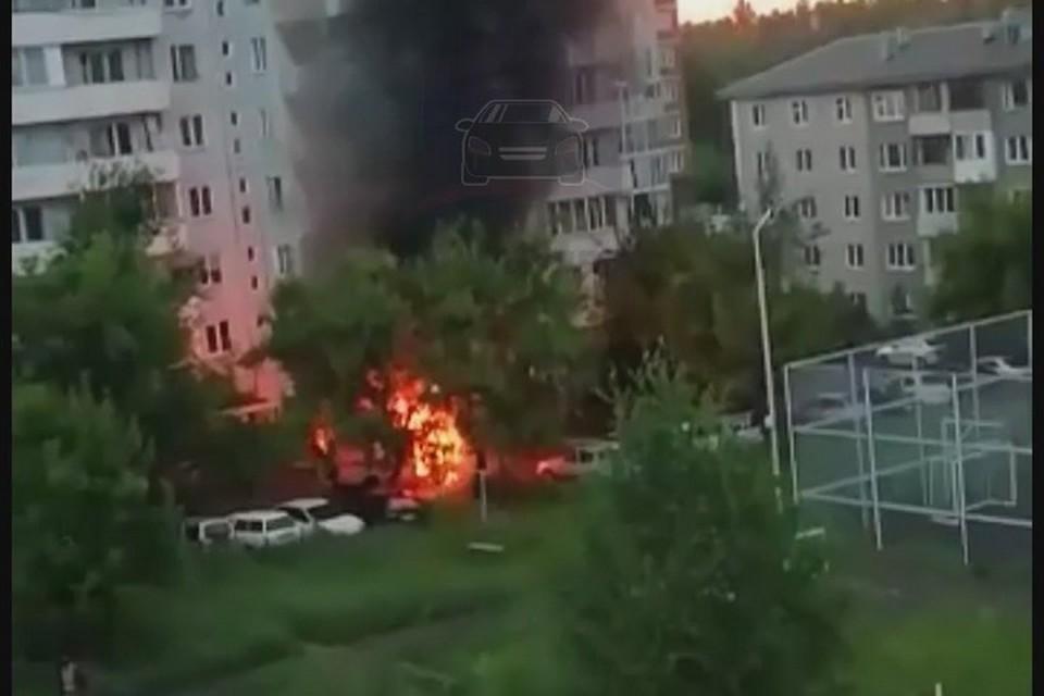 В Красноярске сгорела машина скорой помощи. Стоп-кадр видео