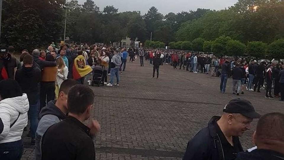 Во Франкфурте люди с самого утра собираются на участках. Был ли там централизованный подвоз? Фото: соцсети