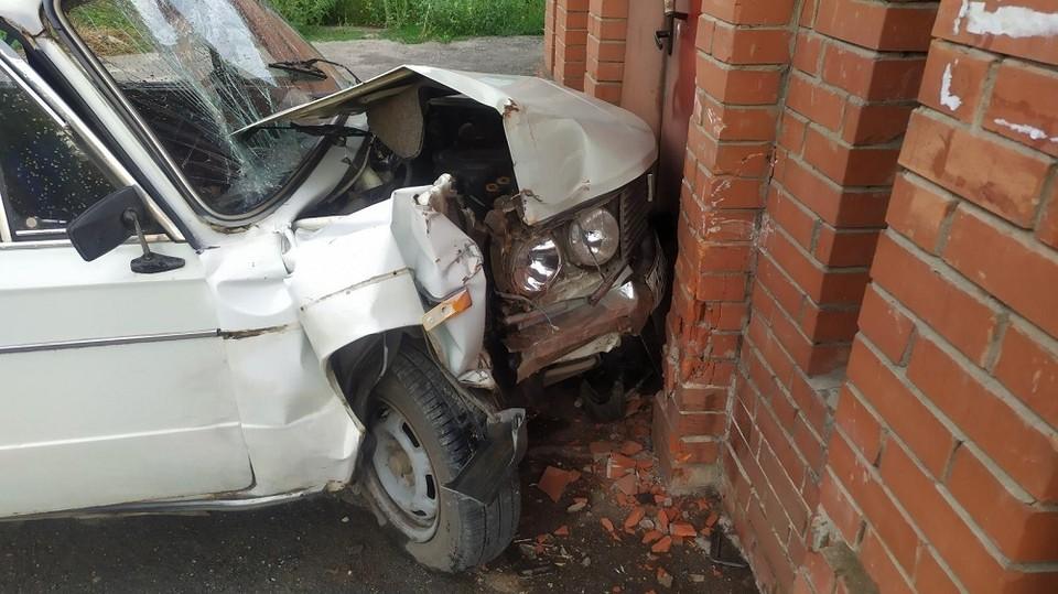 Автомобиль и находившиеся в нем люди пострадали. Фото: ГУ МВД по Самарской области
