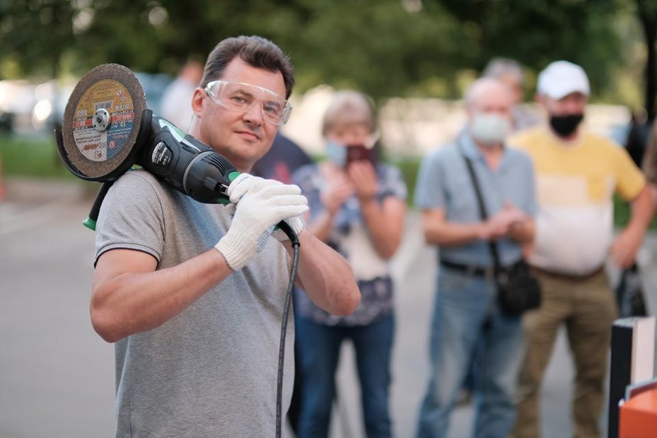 Космонавт Роман Романенко спилил шлагбаум у незаконной парковки во дворе жилого дома. Фото: Иван СТЕПАНОВ.