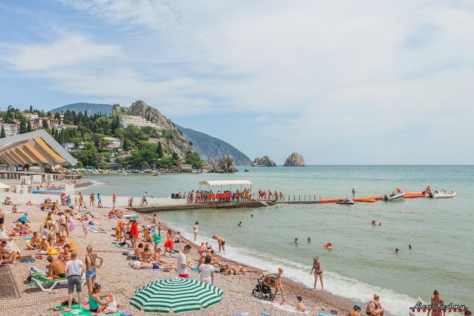 На пляже много отдыхающих. Фото: Алекс Кедми/VK