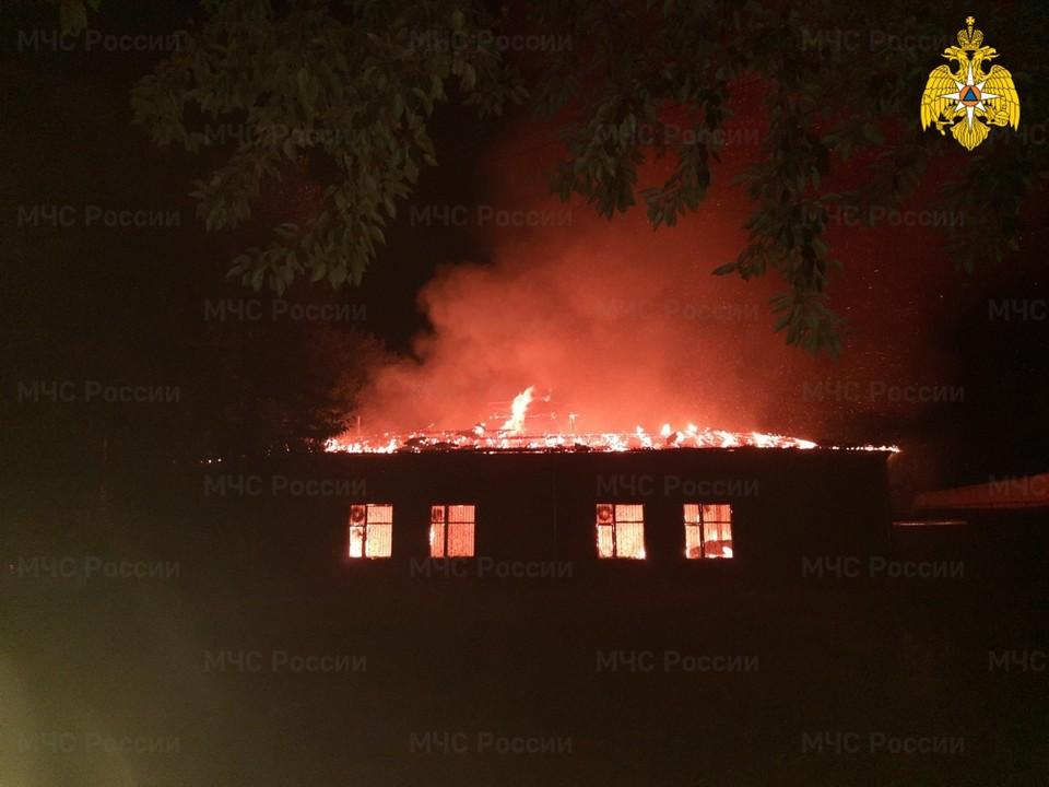 Ночью в Вязьме сгорел хлебокомбинат. Фото: ГУ МЧС России по Смоленской области.