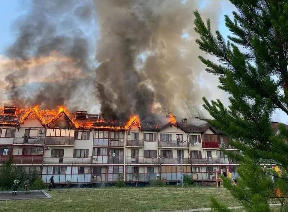 Огонь расползся по всей крыше. Фото: Alexey Pervikov