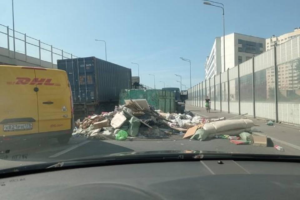 Гора мусора перекрыла съезд с Дунайского проспекта в Петербурге