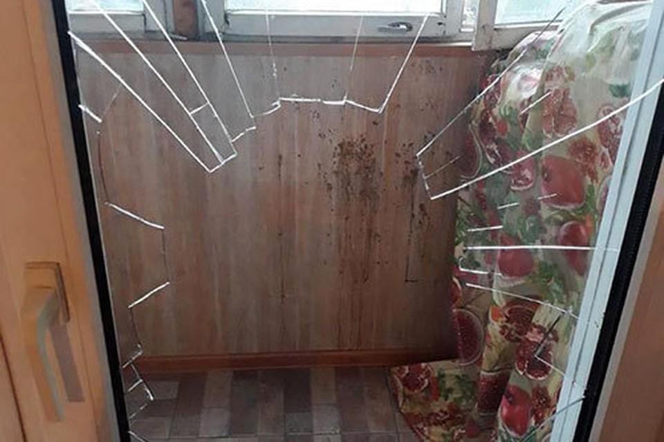 На самом деле, мужчина порезался. когда разбил окно балконной двери (Фото: МВД Приднестровья).