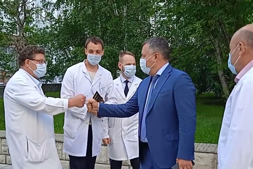 Готовность коронавирусного госпиталя обсудили губернатор Приангарья Игорь Кобзев и главврач больницы Петр Дудин. Фото: пресс-служба правительства Иркутской области.