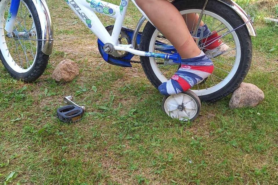 Спасатели освободили ногу мальчика, застрявшего в велосипеде. Фото: МЧС.