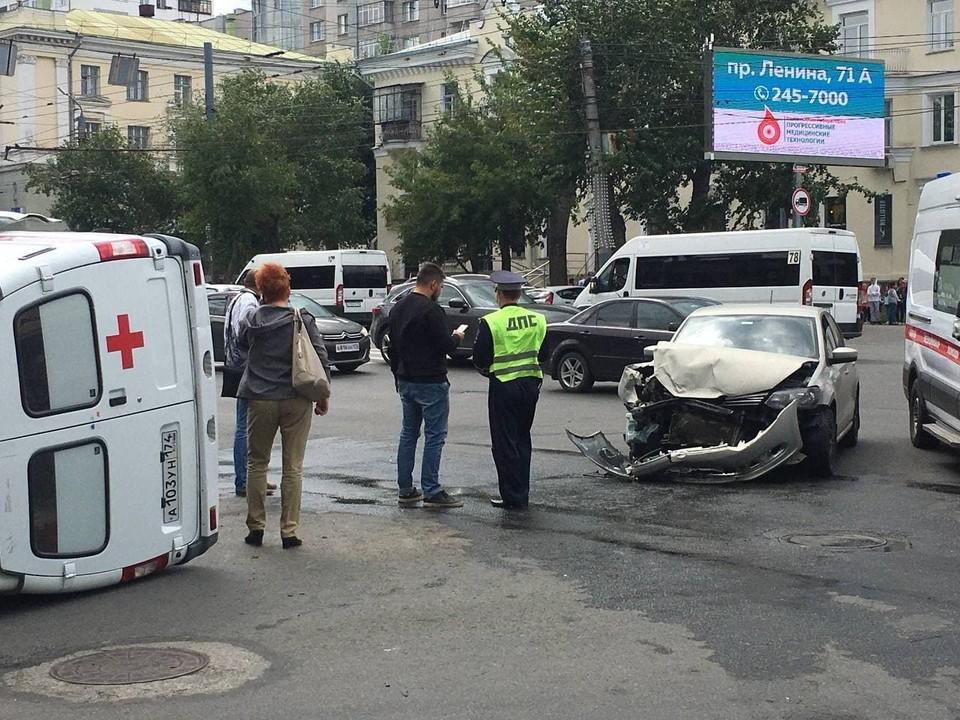 От удара машина скорой оказалась на боку.