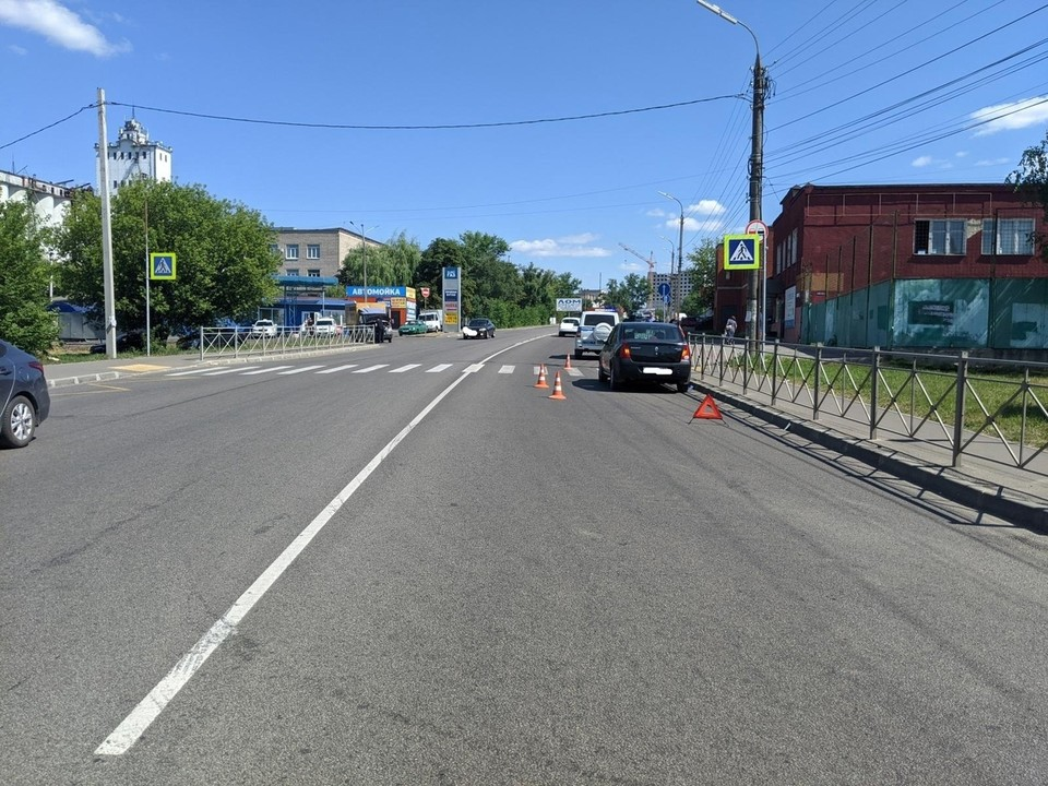 Женщина очутилась под колесами легкового авто, когда переходила дорогу по зебре