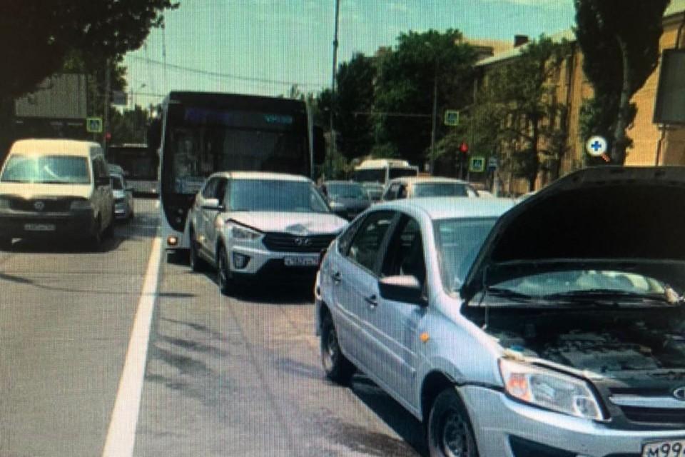 В Ростове столкнулись три легковушки и автобус. Фото: ГИБДД по РО