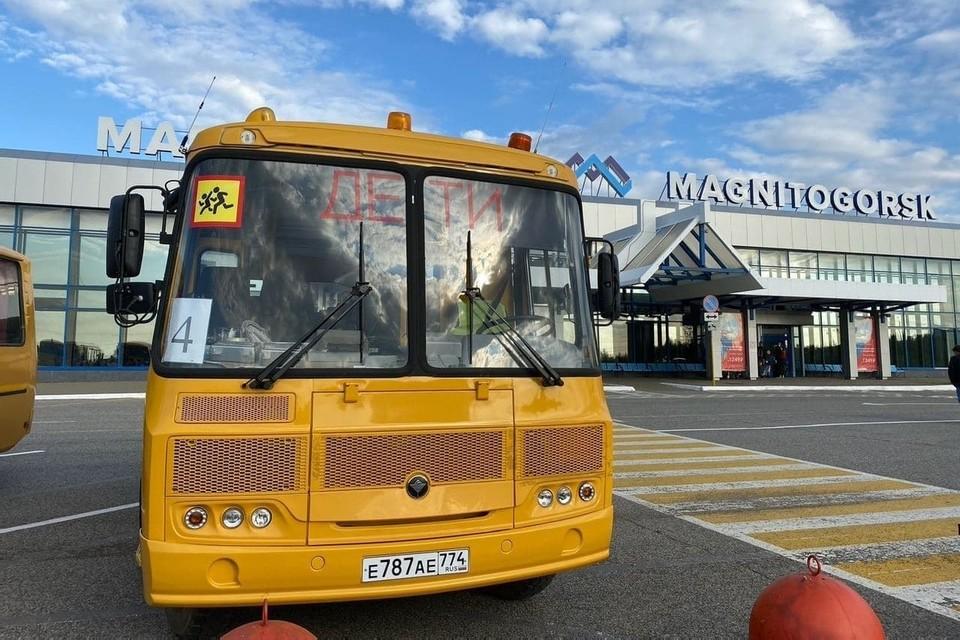 В аэропорт путешественники прибыли на автобусе, в сопровождении полиции. Фото: gubernator74.ru