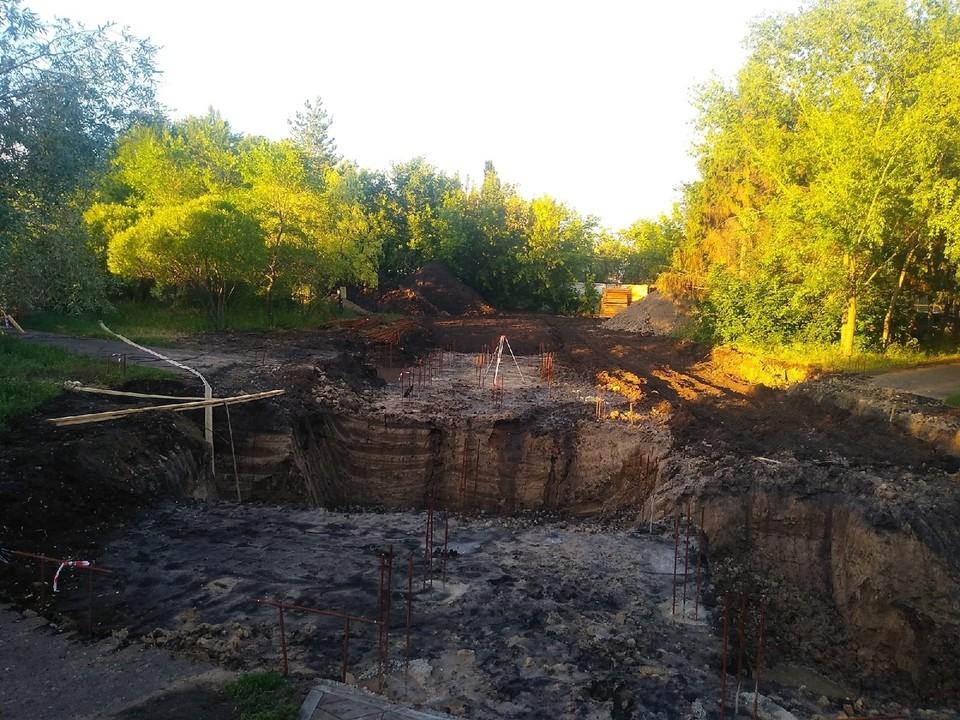 Место для строительства храма уже подготовили и огородили.
