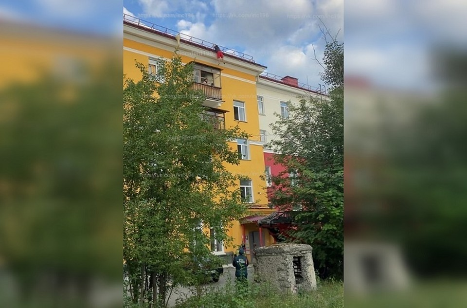 Мужчина долго висел на крыше, зацепившись руками Фото: Инцидент Первоуральск