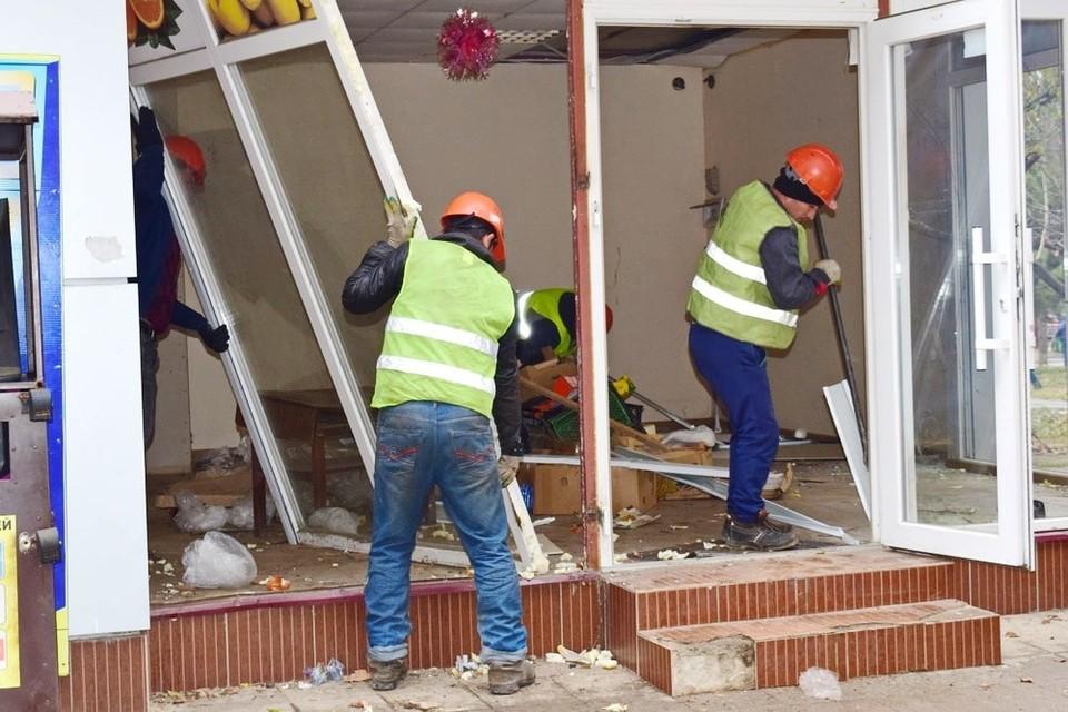 Рабочие демонтируют самовольно размещенный нестационарный торговый объект. Фото: пресс-служба администрации Симферополя.
