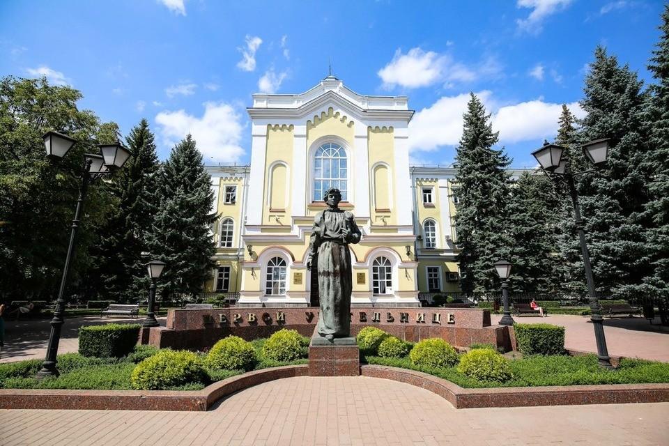 Памятник первой учительнице. Фото: СКФУ