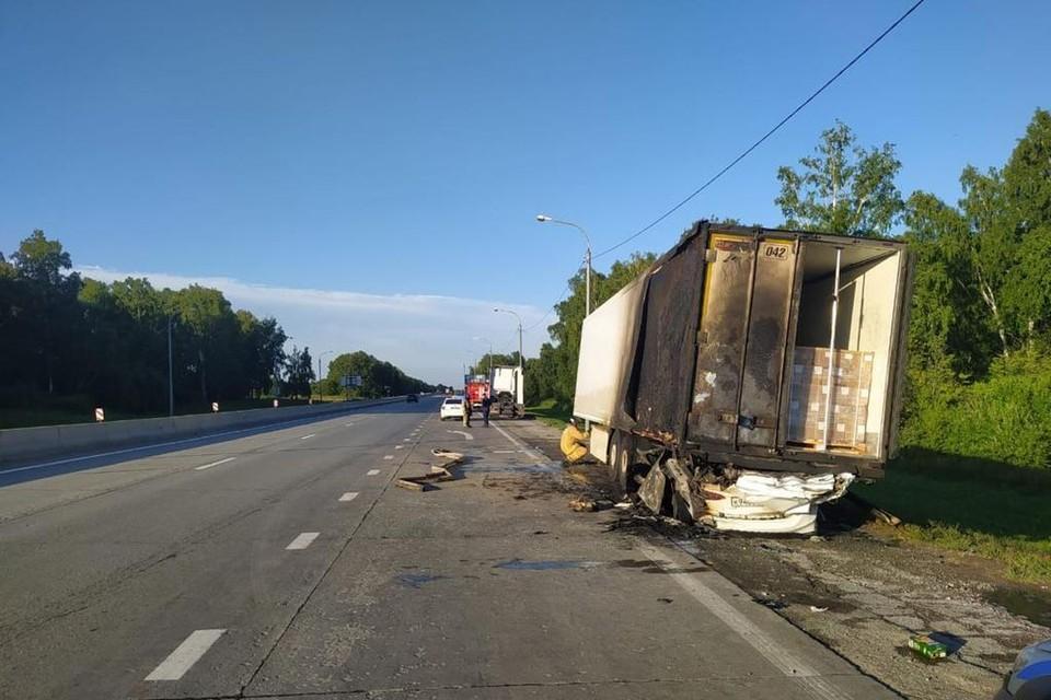Иномарка залетела под грузовик и вспыхнула. Фото: ГИБДД по НСО