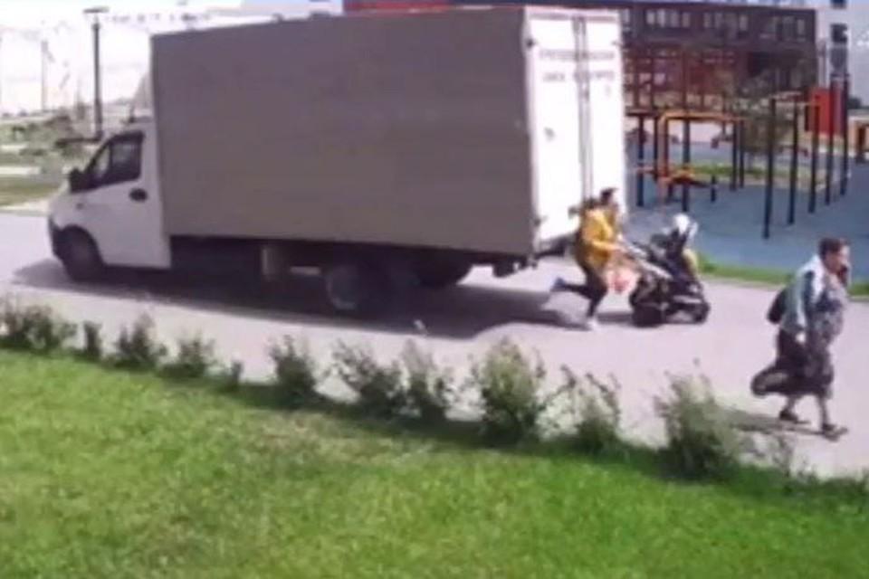 Женщина даже не подозревала, что сейчас на нее и ее детей обрушится около двух тонн железа Фото: скрин с видео