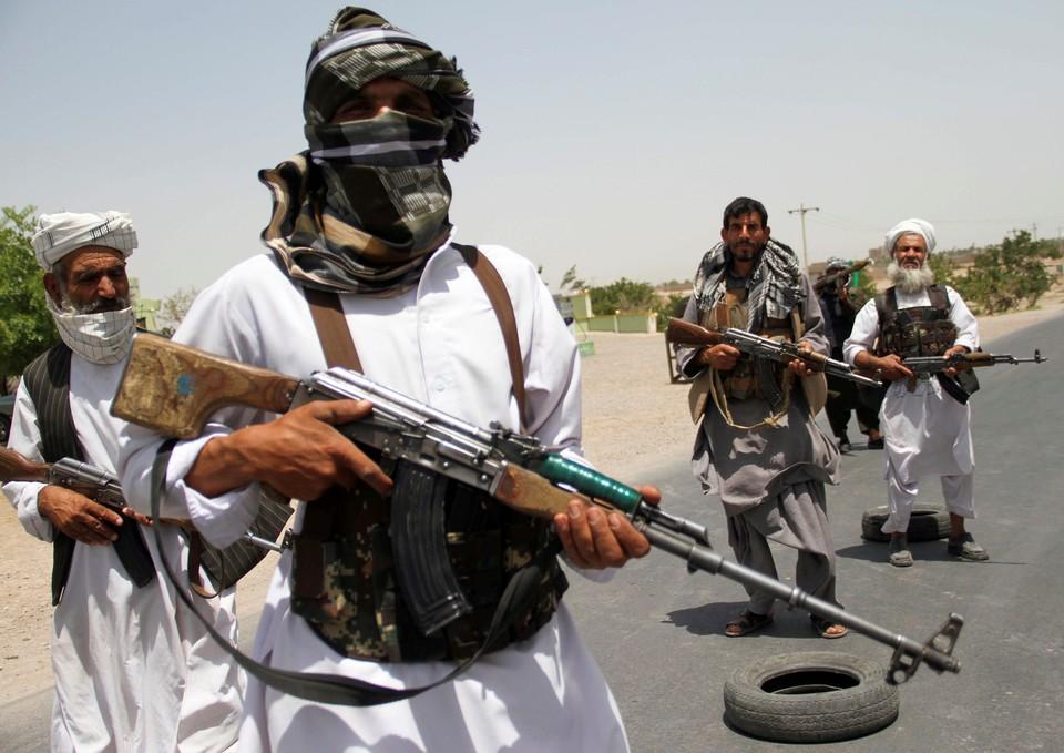 Бывшие моджахеды оказывают военную поддержку афганским силам в борьбе против талибов на окраине провинции Герат.