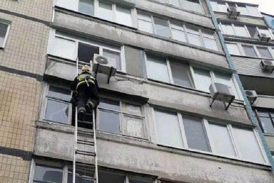 В одну из квартир спасатели попали через балкон, на который забрались по трехколенной лестнице. Фото: МЧС ЛНР