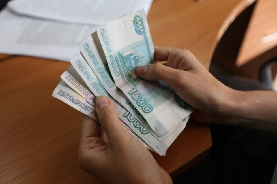 Женщина пыталась вручить деньги полицейскому в его служебном кабинете